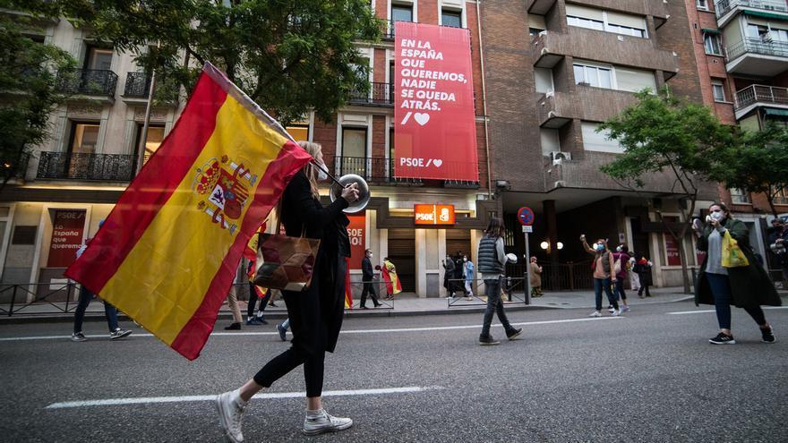 """Unas 200 personas protagonizan una 'cacerolada' frente a la sede del PSOE en Ferraz para pedir la """"dimisión"""" de Sánchez"""