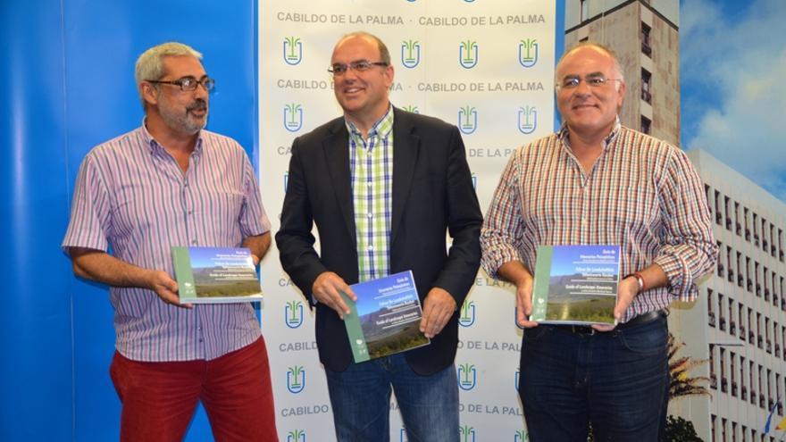 De izquierda a derecha, Antonio San Blas, Anselmo Pesetana y Carlos Cabrera, con la guía de 'Itinerarios Paisajísticos de La Palma'.