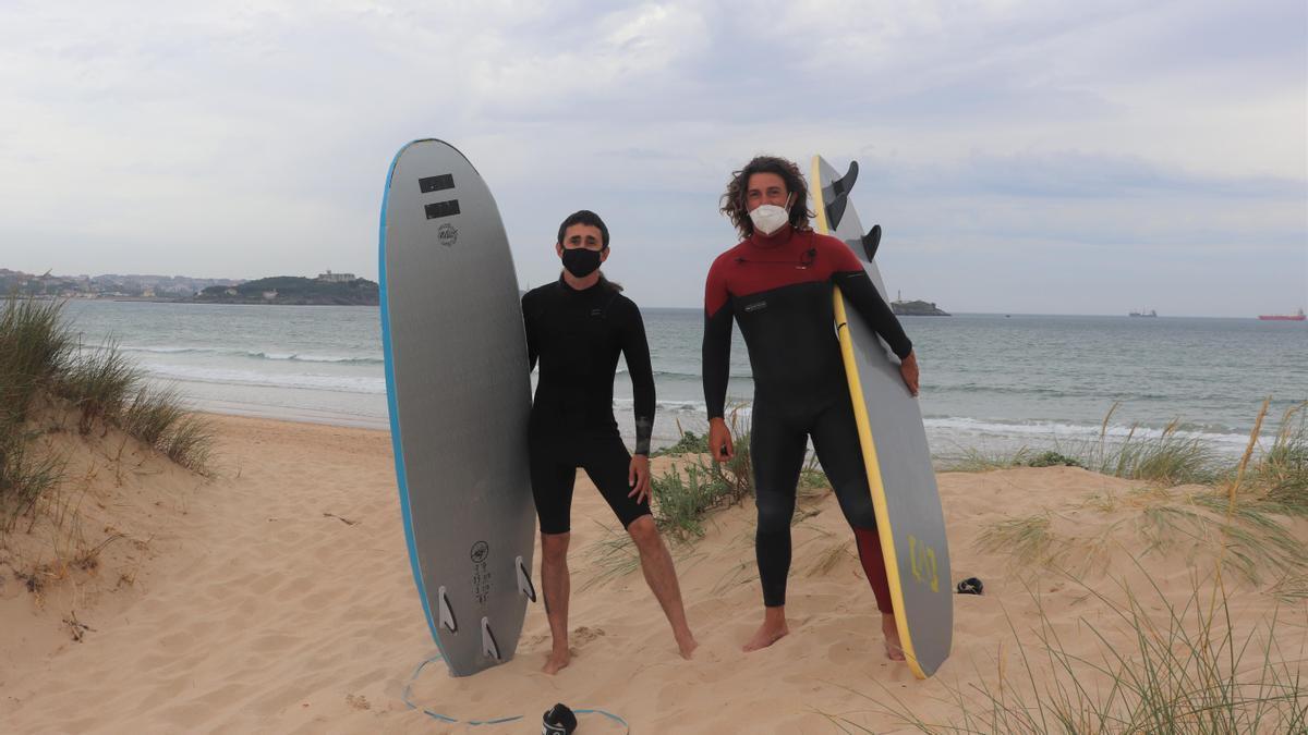 Juanma y Claudio en la playa de Somo, en Ribamontán al Mar.