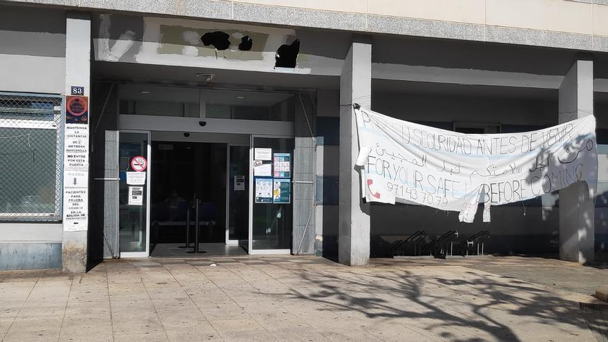 El centro de Salud de Son Gotleu, con una sábana colgada entre dos columnas pidiendo en tres idiomas (castellano, árabe e inglés) llamar por teléfono antes de acudir al centro.