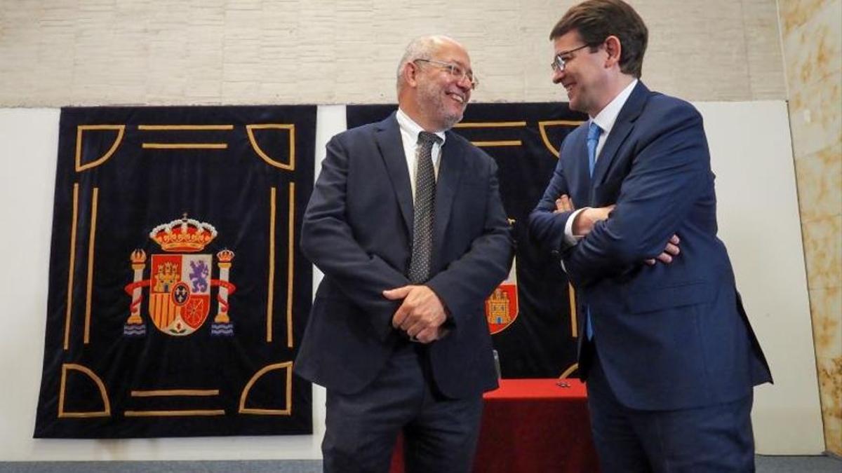 Francisco Igea y Alfonso Fernández Mañueco, tras la firma del pacto de gobierno autonómico.