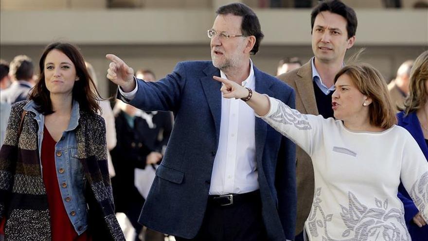 Mariano Rajoy, junto a Andrea Levy e Isabel Bonig. / Efe