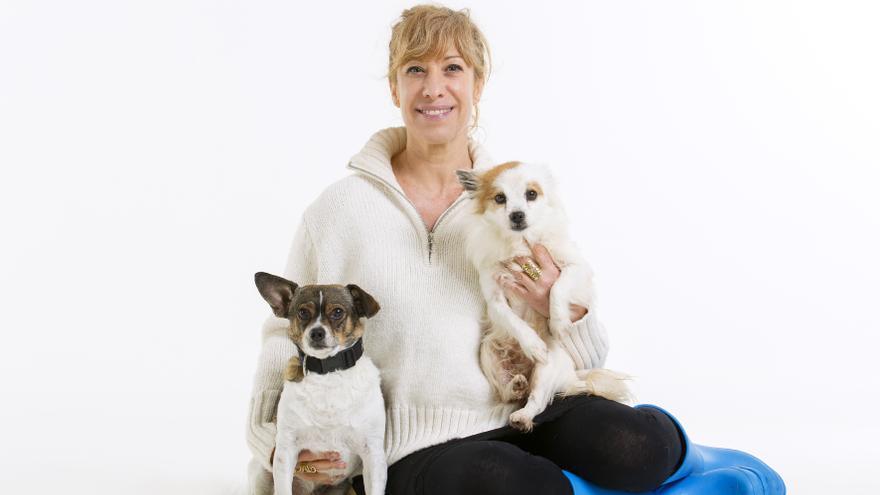 Nathalie Seseña con su perro Pepe y, en sus brazos, Lina, perrita que espera adopción en la SPAP. Foto: Emilio Cuenca / elfotografodeperros.com