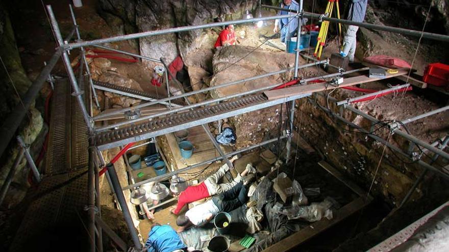 Trabajos de investigación en la cueva de El Mirón, situada en el municipio cántabro de Ramales de la Victoria.