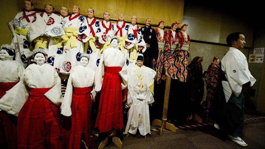 Varias marionetas del teatro tradicional japonés Bunraku entre bambalinas en el Teatro Nacional Bunraku en Osaka (Japón).
