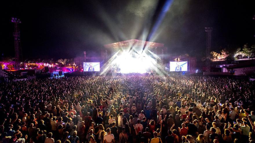 Miles de personas abarrotan el escenario principal del Low Festival