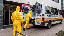 Dos sanitarios trasladan a un paciente al hospital en Burgos.