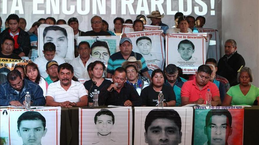 Imagen de archivo de los padres de los 43 jóvenes desaparecidos hace un año en el municipio mexicano de Iguala y estudiantes de la normal de Ayotzinapa durante una conferencia de prensa en Ciudad de México. EFE/archivo