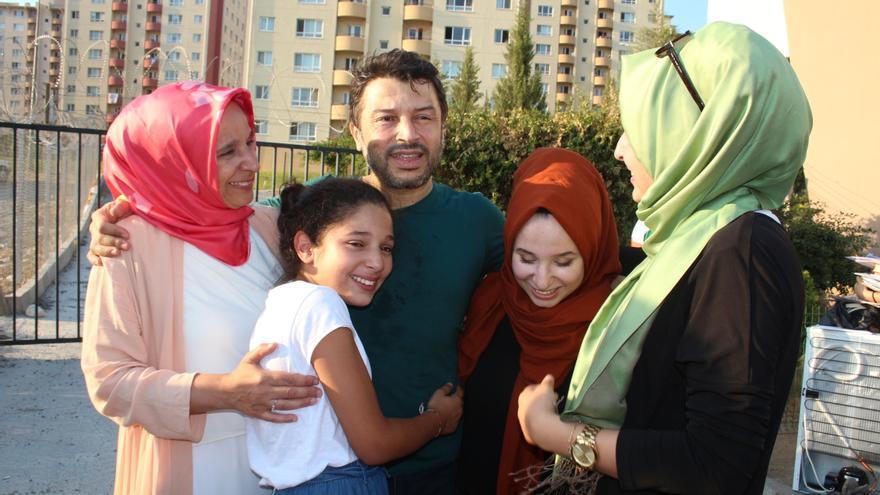 Taner con su familia en el momento de la liberación / Amnesty International