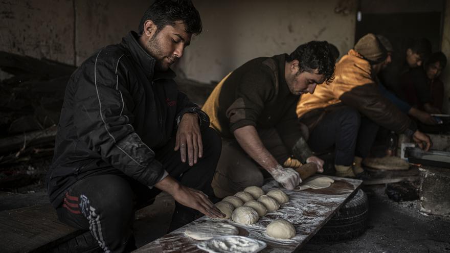 Todas las mañas el grupo de afganos que vive en la fábrica trabajan organizados para hacer pan y poder desayunar