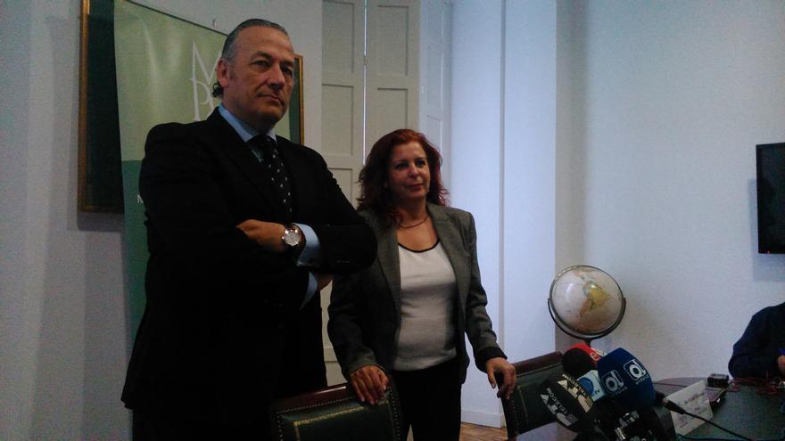 Javier Gutiérrez y María José Valenzuela, durante la presentación de la plataforma en Málaga