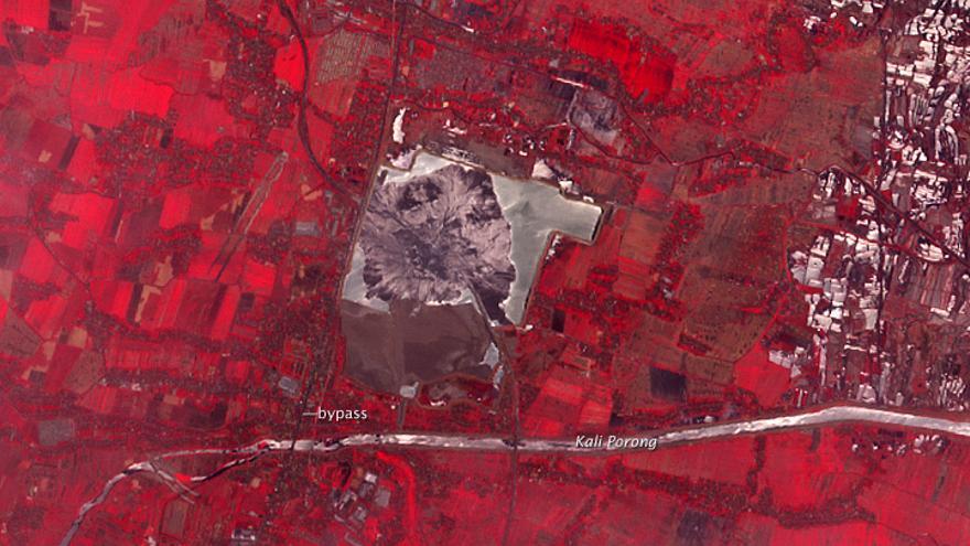 Imagen de satélite de la región afectada por el volcán de lodo Lusi / NASA