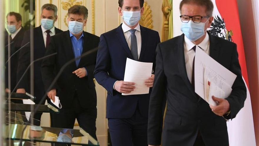 Vienna (Austria), 05/04/2020.- (L-R) Austrian Interior Minister Karl Nehammer, Austrian Vice-Chancellor Werner Kogler, Austrian Chancellor Sebastian Kurz and Austrian Minister for Social Affairs, Health, Care and Consumer Protection, Rudolf Anschober wearing face masks arrive for a press conference at the Austrian Chancellery in Vienna, Austria, 06 April 2020. Kurz announces the extension of the measures slowing down the ongoing pandemic of the COVID-19 disease caused by the SARS-CoV-2 coronavirus, until 30 April 2020. (Viena)