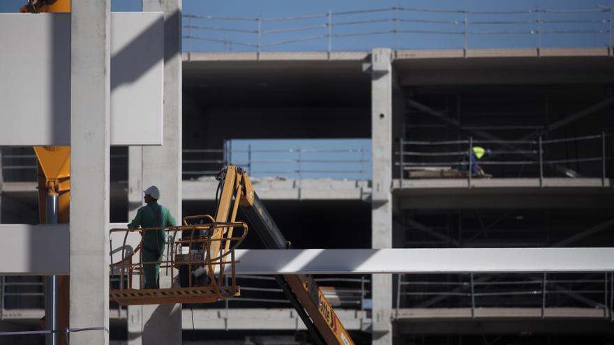 Varios obreros trabajan con maquinaria de construcción en las obras del nuevo Hospital de Emergencias de la Comunidad de Madrid