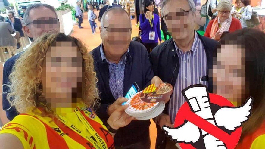 Las azafatas que fueron retenidas en Alimentaria, con las camisetas con la bandera de Aragón / Imagen cedida por Juan Ciércoles