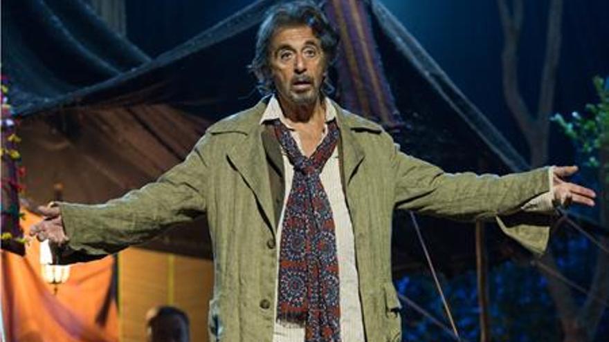 Al Pacino interpreta a Simon Axler, un actor que ve como su carrera va llegando a su fin