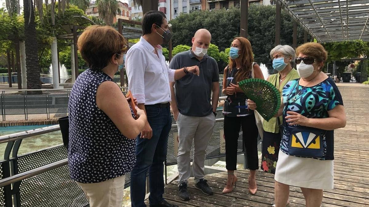 El alcalde, durante su visita a Ciudad Jardín