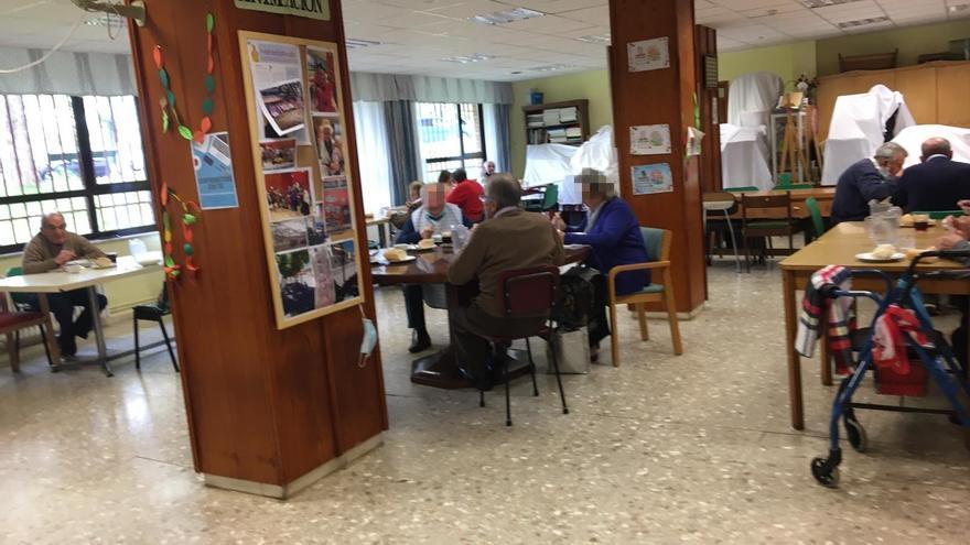 Los ancianos de la residencia Cardenal Marcelo, de la Diputación de Valladolid, comen en la Sala de Animación.