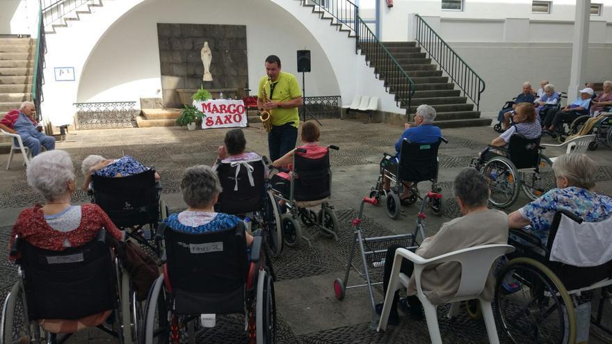 Actuación del saxofonista palmero Marco Mora en el Hospital de Dolores.