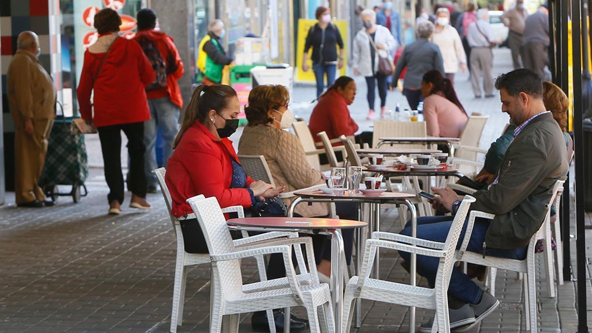 Clientes sentadas en un bar