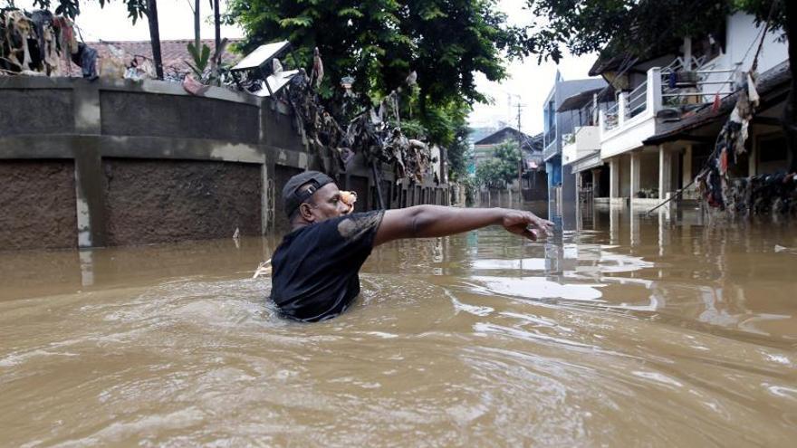 Al menos 23 muertos y 119.000 afectados por las inundaciones en Yakarta