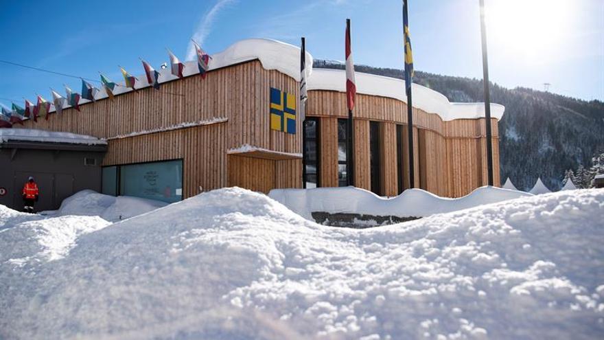 La nieve cubre los alrededores del centro de congresos de Davos (Alemania), durante los preparativos para el Foro Económico Mundial.
