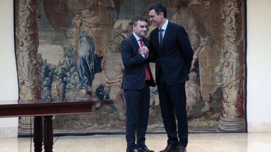 Pedro Sánchez y su jefe de gabinete, Iván Redondo, durante la toma de posesión.