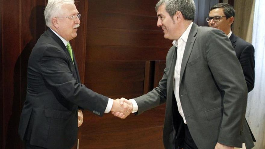 El presidente del Gobierno de Canarias, Fernando Clavijo, y el coordinador general de Binter, Juan Ramdsen