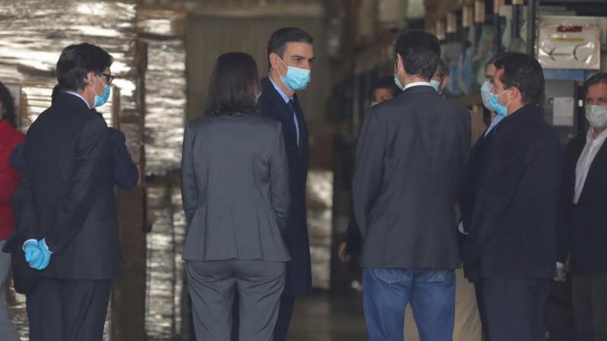 El presidente del gobierno, Pedro Sánchez (c), visita este viernes las instalaciones de la empresa Hersill, en Móstoles (Madrid).