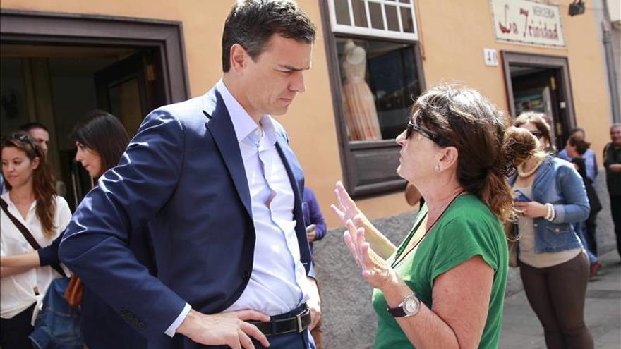 Sánchez pide a Rajoy que se olvide de partidismos y deje gobernar a Díaz
