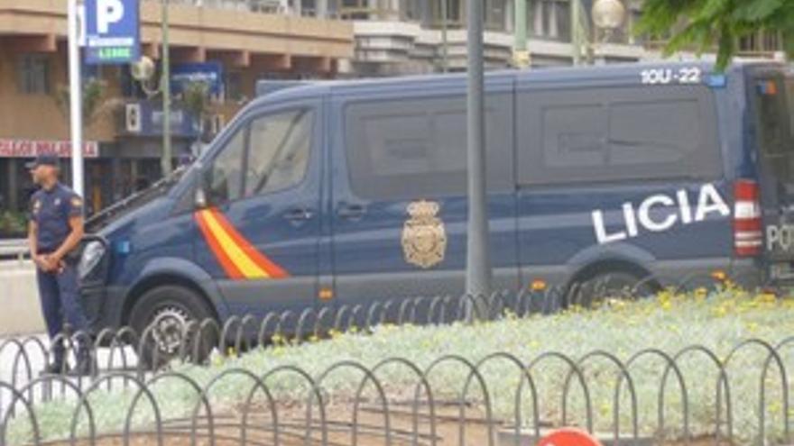 Furgón de la Policía Nacional en el parque de San Telmo, tras el desalojo. (ELIZABETH SANTANA)
