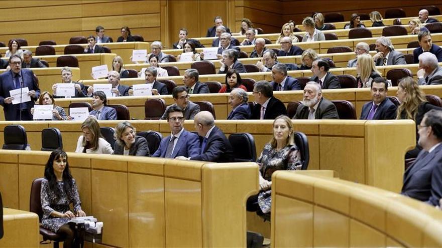 Los senadores de CiU se inculpan del 9N con carteles ante Rajoy