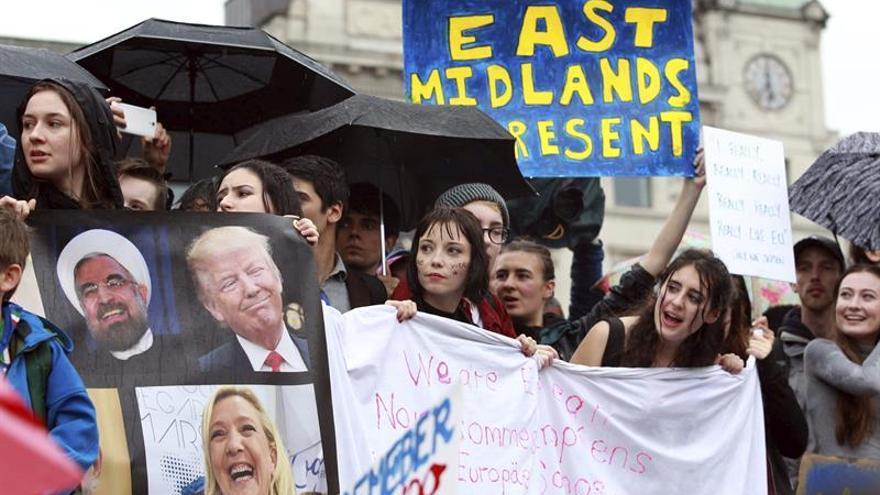 Jóvenes británicos se manifiestan contra el Brexit en Londres el 28 de junio.