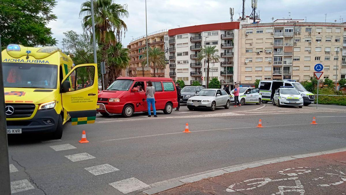 La ambulancia del 061 en el lugar del accidente en la glorieta Ibn Zaydun.