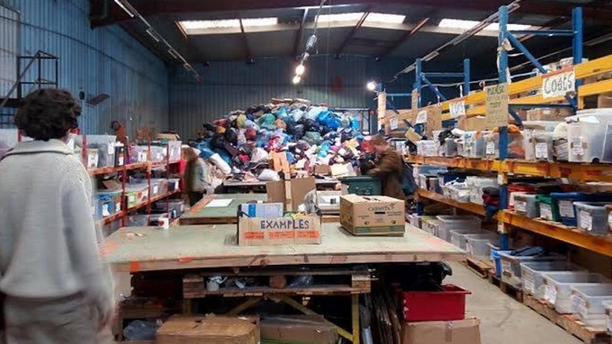 Interior del almacén al que ha llegado la tonelada de ayuda humanitaria recogida por los campamentos