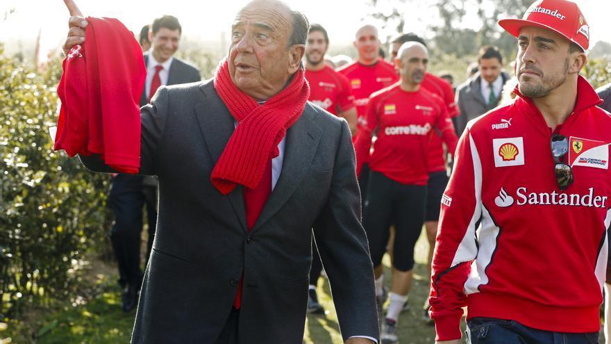 Fernando Alonso (Ferrari) junto al presidente del Banco Santander, Emilio Botín, durante la inauguración, en Boadilla del Monte (Madrid) en diciembre de 2012, de la pista de El Bosque, una zona arbolada de uso recreativo y cultural, en la ciudad financiera del Banco Santander, patrocinador de su escudería /EFE