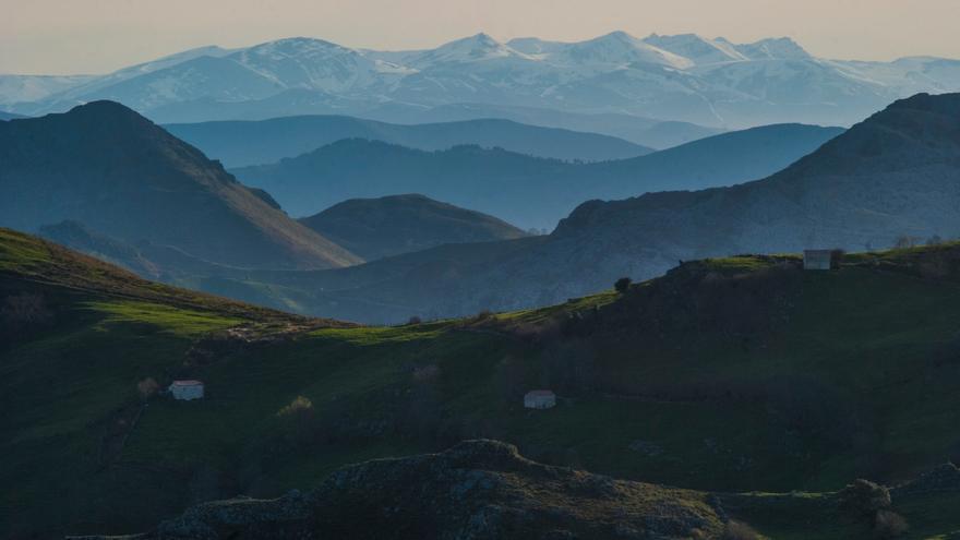 El pico Tres Mares desde el puerto de Alisas.