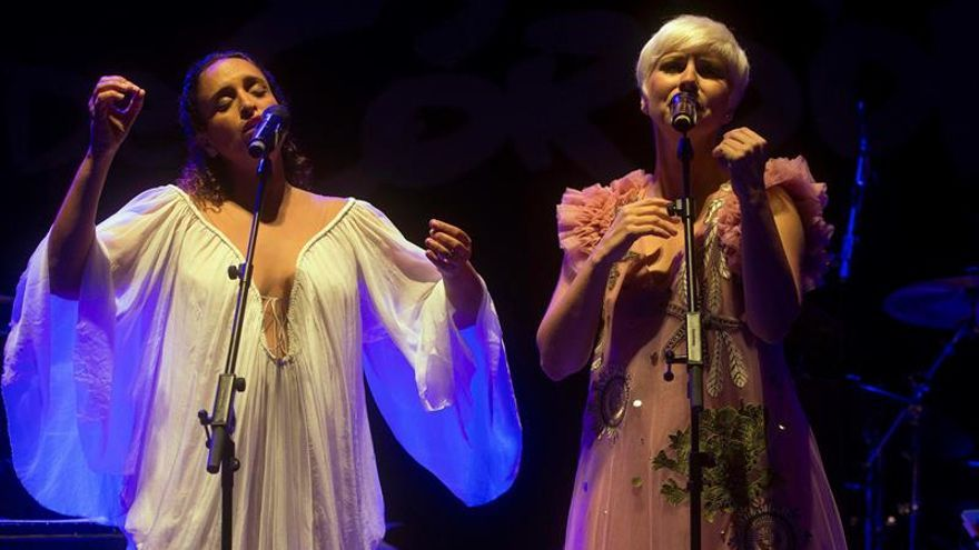 Las cantantes Pasión Vega y Noa valoran la importancia de la música para remover conciencias