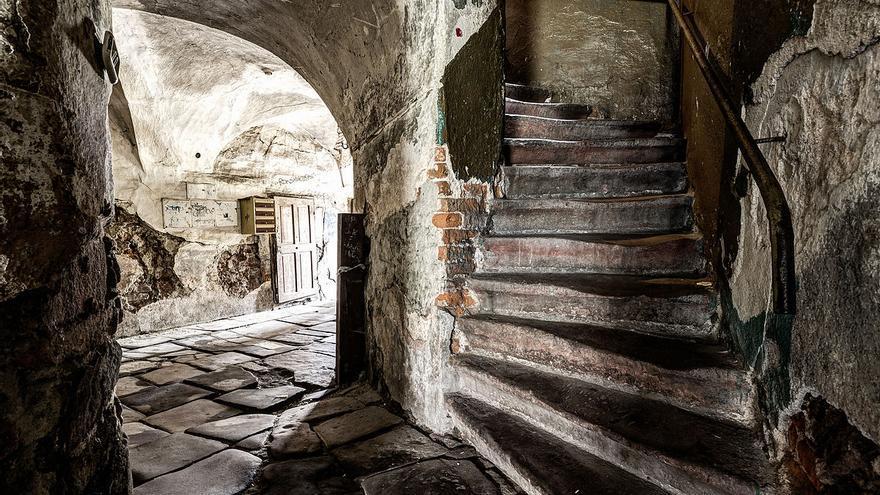 Escalera de una casa del siglo XVII en la ciudad de Nowa Ruda, Polonia