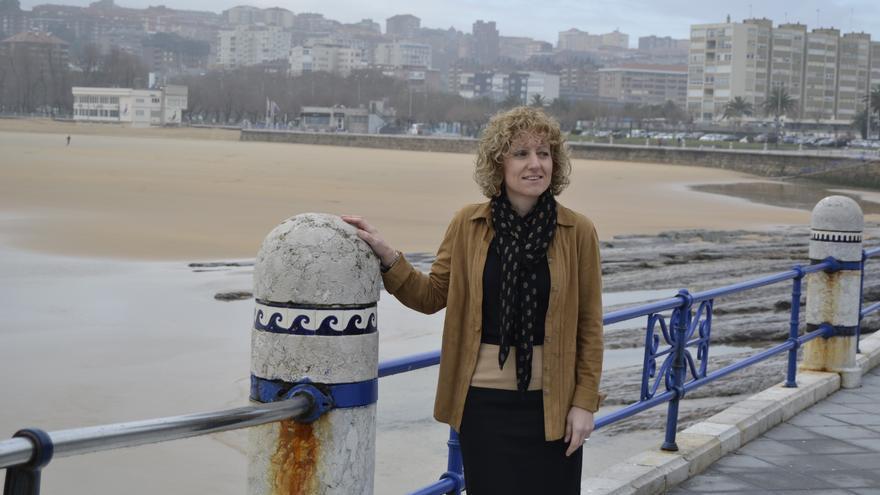 La candidata del PSOE a la presidencia de Cantabria, Eva Díaz Tezanos, posa para los medios gráficos antes de comparecer en rueda de prensa.
