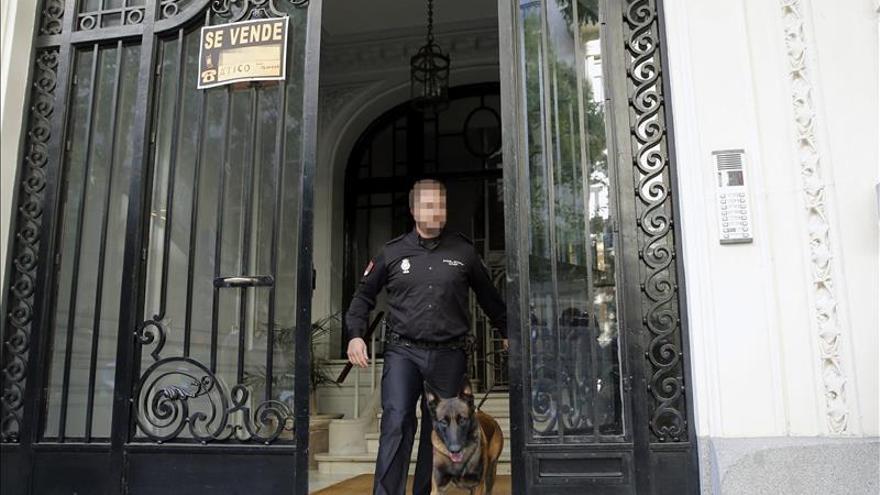 Uno de los policías que ha participado en los registros de la operación