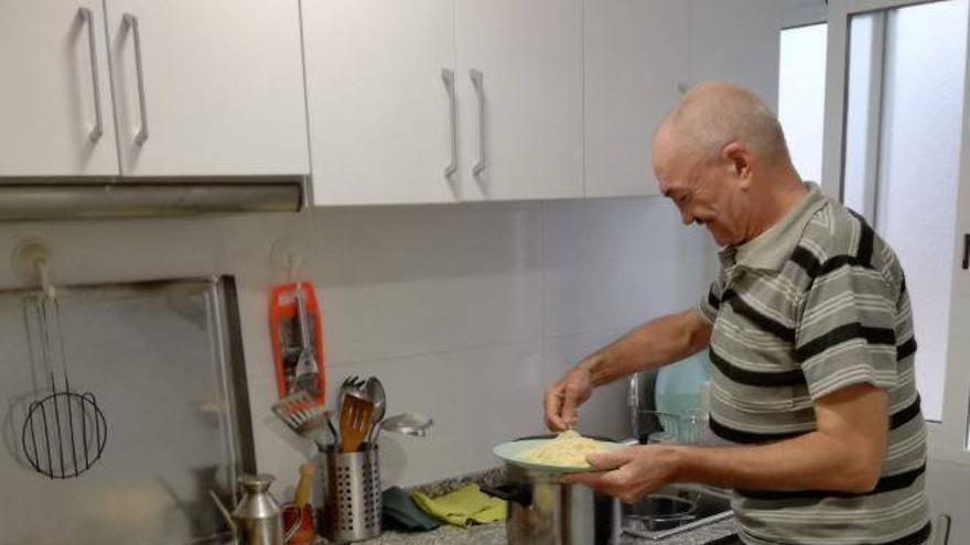 Adam, tras cinco meses en su nueva casa, también ha recuperado la ilusión por la cocina
