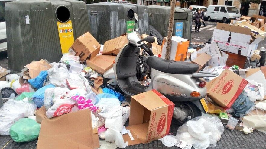Una moto en la calle rodeada de basura. \ @fanetin