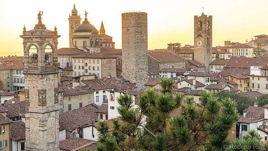 La ciudad alta de Bérgamo vista desde la fortaleza de La Rocca, Italia
