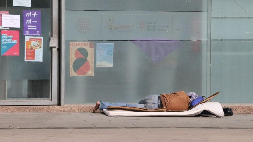 Una persona duerme en una calle de Barcelona durante la crisis del coronavirus