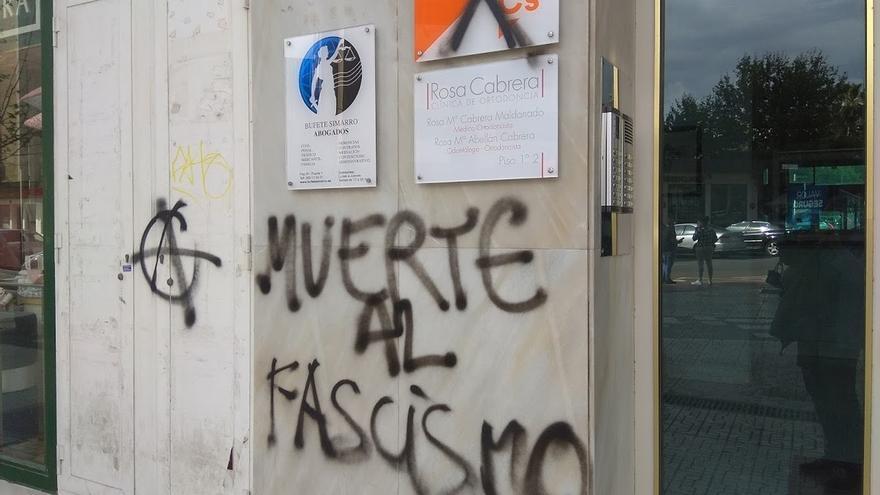 """Cs condena el """"ataque"""" a su sede de Almería tras una pintada con el mensaje 'Muerte al fascismo'"""