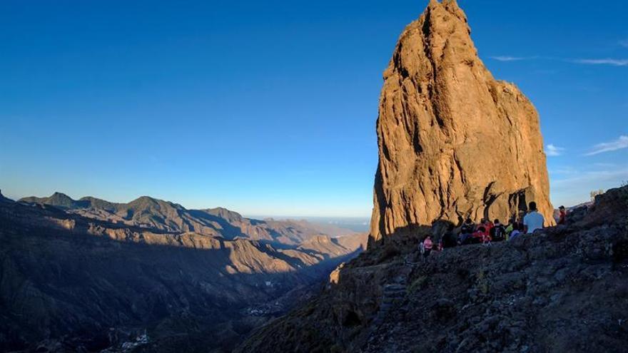 El yacimiento prehispánico del Roque Bentayga marca este fin de semana el inicio del otoño. EFE/Ángel Medina G.
