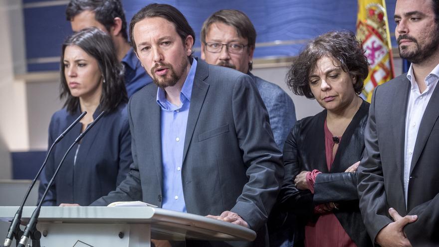 Pablo Iglesias anuncia la moción de censura contra Rajoy, rodeado de la dirección del grupo Unidos Podemos-En Comú-En Marea.