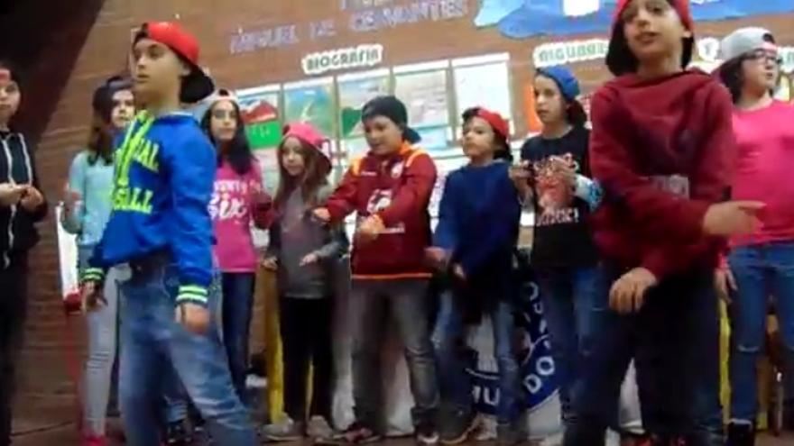Rap por la sanidad universal de alumnos del Colegio 'Ciudad de Aguisgrán' de Toledo