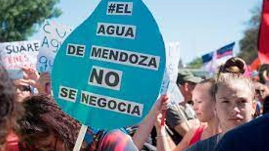 """""""El Agua de Mendoza no se negocia"""", pueblada mendocina en diciembre de 2019 en defensa de la ley que prohibe la mineria a cielo abierto con sustancias tóxicas, sancionada en 2007"""